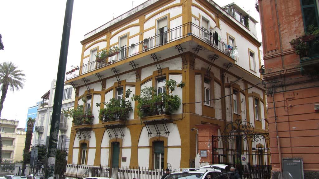 Casa marotta 76 palazzi di napoli - Cornicione casa ...