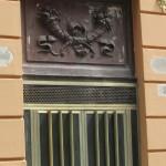 proprietà Fergola - decorazione bronzea portone