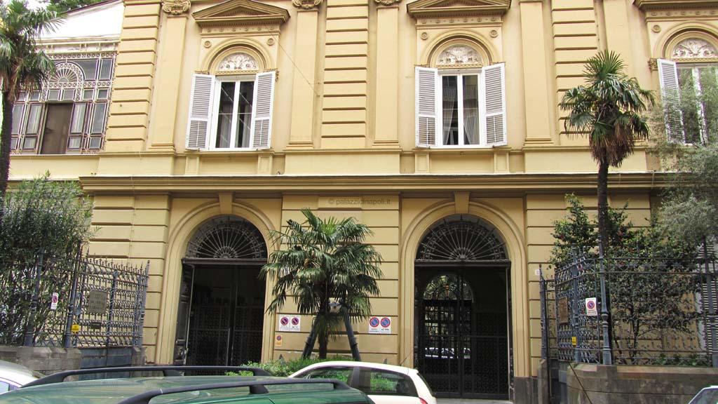 Palazzo sirignano rione sirignano 4 palazzi di napoli for Palazzi di una storia